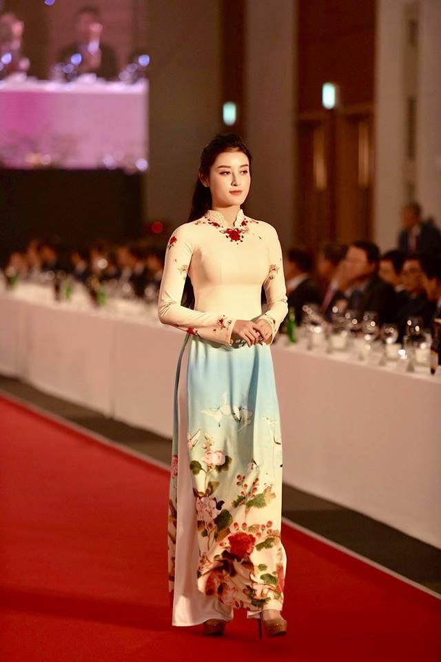 Huyền My, Phương Oanh Quỳnh búp bê trình diễn áo dài của NTK Đỗ Trịnh Hoài Nam tại Hàn - Ảnh 5.
