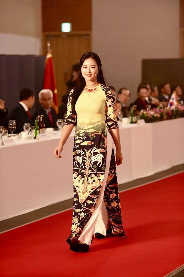 Huyền My, Phương Oanh Quỳnh búp bê trình diễn áo dài của NTK Đỗ Trịnh Hoài Nam tại Hàn - Ảnh 10.