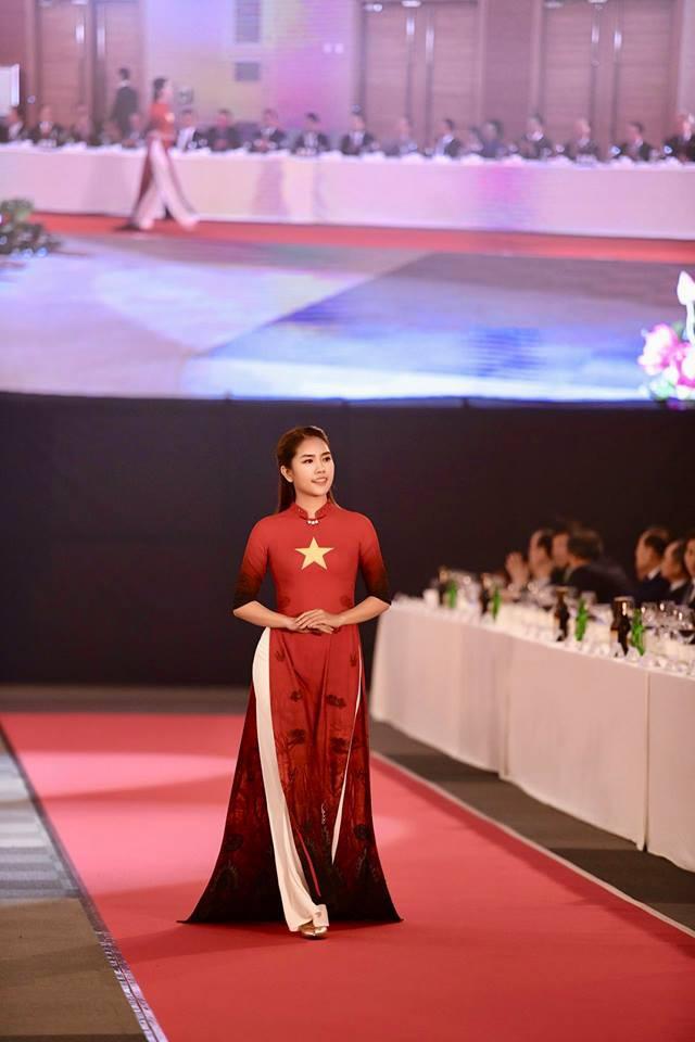 Huyền My, Phương Oanh Quỳnh búp bê trình diễn áo dài của NTK Đỗ Trịnh Hoài Nam tại Hàn - Ảnh 7.