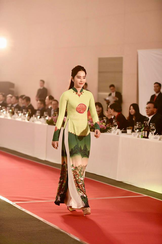 Huyền My, Phương Oanh Quỳnh búp bê trình diễn áo dài của NTK Đỗ Trịnh Hoài Nam tại Hàn - Ảnh 8.