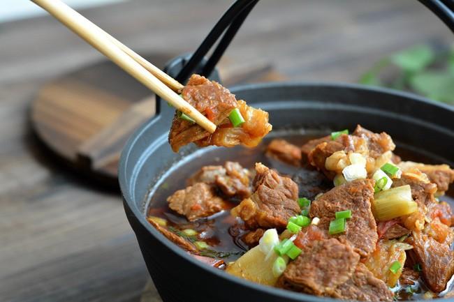 Trời chuyển lạnh vào bếp nấu món canh thịt bò ngon đậm đà thơm nức mũi - Ảnh 1.