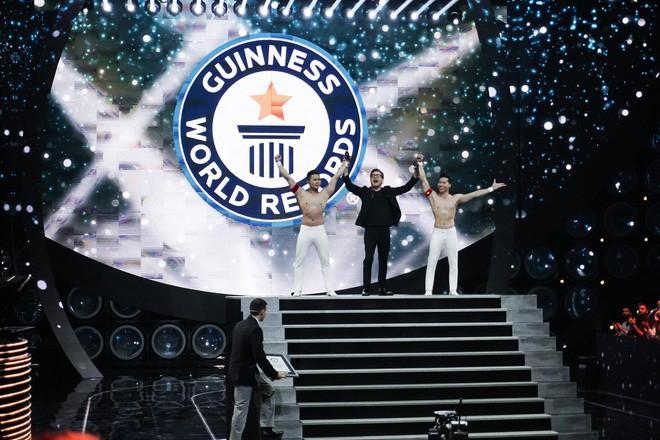 Anh em Quốc Cơ - Quốc Nghiệp kể lại giây phút căng thẳng đảm bảo tính mạng cho nhau khi xác lập kỷ lục Guinness ở Ý - Ảnh 2.