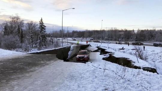 Mỹ: Đường sập tan nát do động đất, lấp lại như mới trong 4 ngày - Ảnh 2.