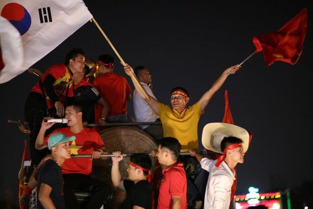 Việt Nam vào chung kết, biển người khắp cả nước xuống đường ăn mừng - Ảnh 1.
