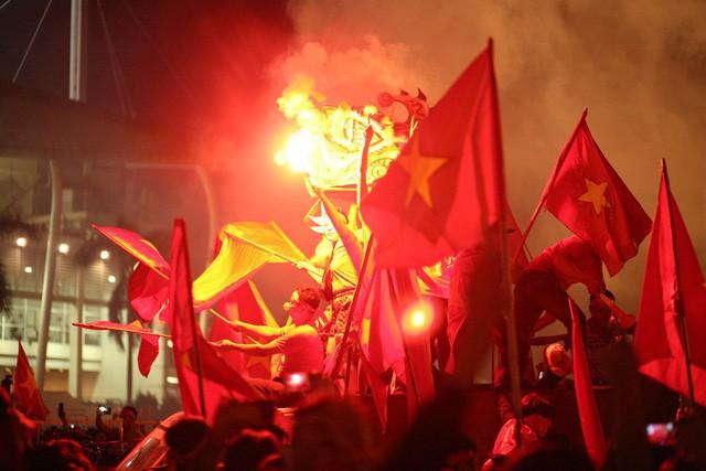 Việt Nam vào chung kết, biển người khắp cả nước xuống đường ăn mừng - Ảnh 2.