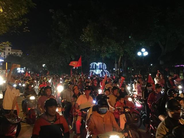 Việt Nam vào chung kết, biển người khắp cả nước xuống đường ăn mừng - Ảnh 13.