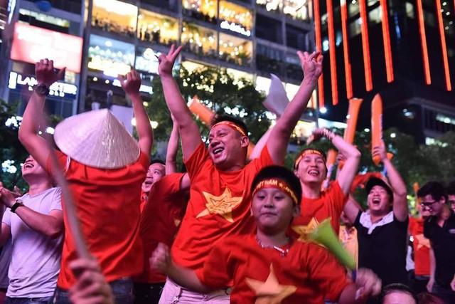 Việt Nam vào chung kết, biển người khắp cả nước xuống đường ăn mừng - Ảnh 14.