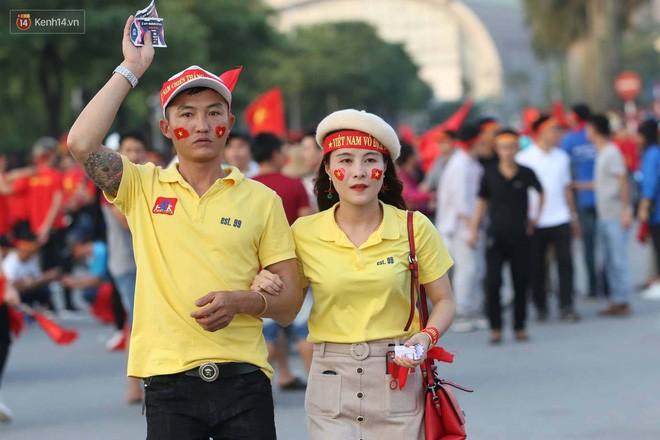 Loạt fan girl xinh xắn chiếm sóng tại Mỹ Đình trước trận bán kết Việt Nam - Philippines - Ảnh 3.