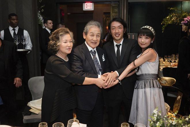 Yi Seok trao quyền trượng cho người kế vị Andrew trong một buổi lễ trang trọng ở Mỹ ngày 6/10/2018 (ảnh: Nextshark)