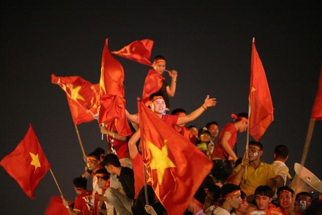 Việt Nam vào chung kết, biển người khắp cả nước xuống đường ăn mừng - Ảnh 5.
