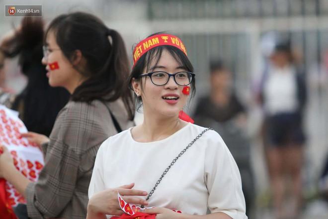 Loạt fan girl xinh xắn chiếm sóng tại Mỹ Đình trước trận bán kết Việt Nam - Philippines - Ảnh 6.