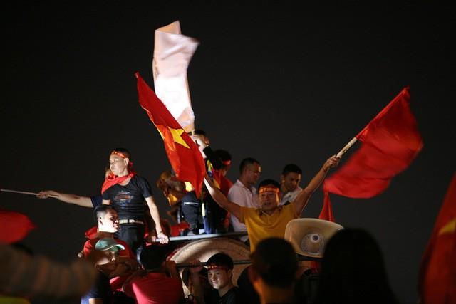 Việt Nam vào chung kết, biển người khắp cả nước xuống đường ăn mừng - Ảnh 6.