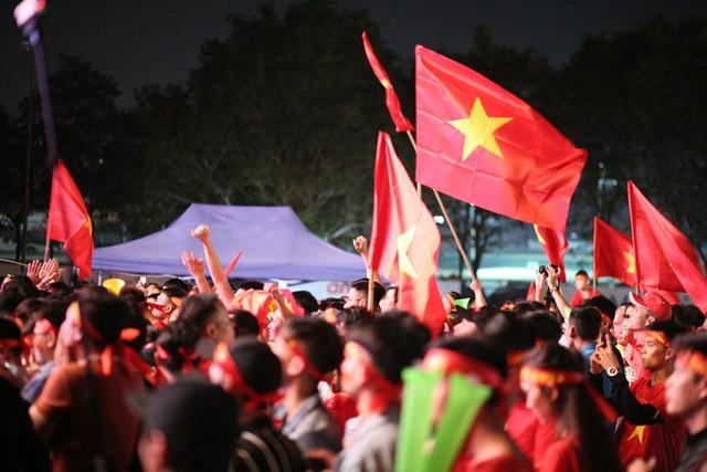 Việt Nam vào chung kết, biển người khắp cả nước xuống đường ăn mừng - Ảnh 9.