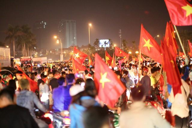 Việt Nam vào chung kết, biển người khắp cả nước xuống đường ăn mừng - Ảnh 10.