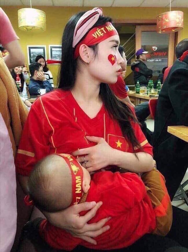Những sắc thái ăn mừng chiến thắng đậm chất bỉm sữa của hội chị em, có người cho con bú trong quán cafe - Ảnh 2.