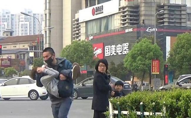 """Mẹ đưa con gái đi dạo phố bất ngờ bị người đàn ông lạ mặt chạy theo hỏi: """"Có muốn bán con không?"""" - Ảnh 1."""