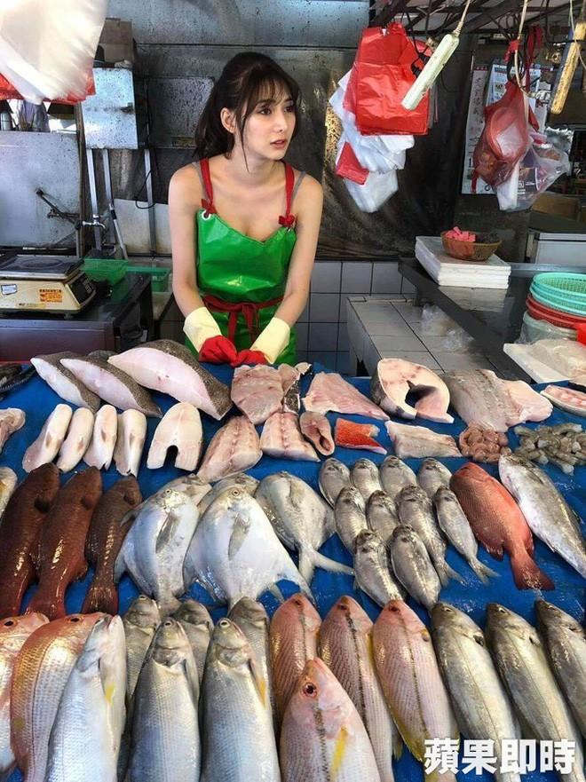 Ra chợ phụ mẹ bán hàng, cô gái xinh đẹp bỗng trở thành hiện tượng MXH với danh hiệu hotgirl mổ cá - Ảnh 2.