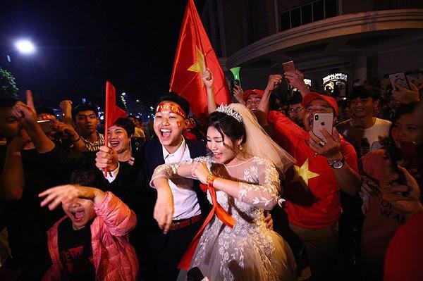 Cặp đôi hot nhất đêm qua bật mí nhiều chi tiết gây sốc gắn liền với những lần đi bão mừng đội tuyển Việt Nam - Ảnh 1.