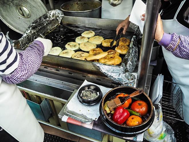 Đi Hàn Quốc mùa này chẳng lo chết rét vì đã có loạt món ngon đường phố ấm nóng để sưởi ấm - Ảnh 3.