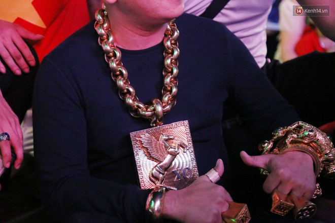 """""""Đại gia"""" ở phố đi bộ Nguyễn Huệ chia sẻ lý do đeo 13kg vàng trong lúc cổ vũ đội tuyển Việt Nam: Nghe theo thầy phong thủy phán - Ảnh 3."""
