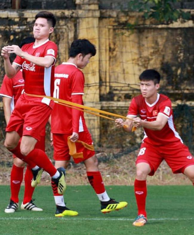 Khoảnh khắc Quang Hải bị cầu thủ Philippines kéo áo được chia sẻ mạnh, nhưng bài tập tiên tri của thầy Park mới gây chú ý - Ảnh 4.