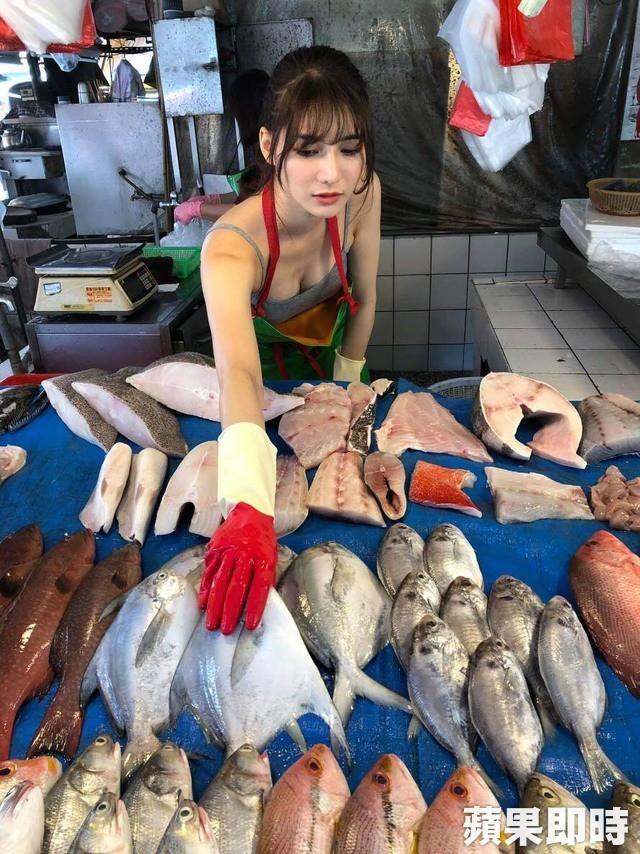 Ra chợ phụ mẹ bán hàng, cô gái xinh đẹp bỗng trở thành hiện tượng MXH với danh hiệu hotgirl mổ cá - Ảnh 4.