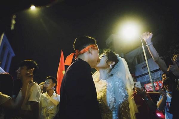 Cặp đôi hot nhất đêm qua bật mí nhiều chi tiết gây sốc gắn liền với những lần đi bão mừng đội tuyển Việt Nam - Ảnh 4.
