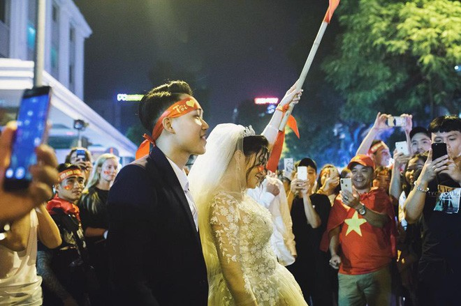 Cặp đôi hot nhất đêm qua bật mí nhiều chi tiết gây sốc gắn liền với những lần đi bão mừng đội tuyển Việt Nam - Ảnh 5.