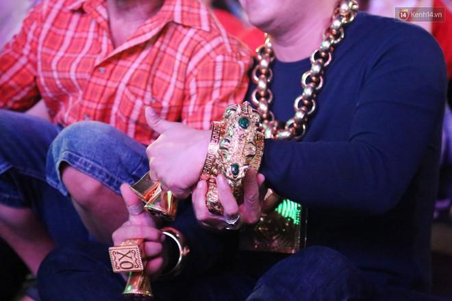 """""""Đại gia"""" ở phố đi bộ Nguyễn Huệ chia sẻ lý do đeo 13kg vàng trong lúc cổ vũ đội tuyển Việt Nam: Nghe theo thầy phong thủy phán - Ảnh 6."""