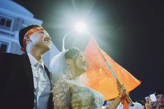 Cặp đôi hot nhất đêm qua bật mí nhiều chi tiết gây sốc gắn liền với những lần đi bão mừng đội tuyển Việt Nam - Ảnh 6.