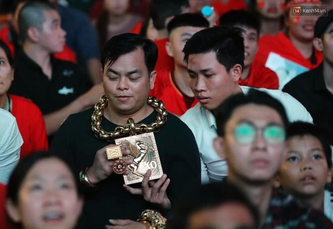 """""""Đại gia"""" ở phố đi bộ Nguyễn Huệ chia sẻ lý do đeo 13kg vàng trong lúc cổ vũ đội tuyển Việt Nam: Nghe theo thầy phong thủy phán - Ảnh 7."""
