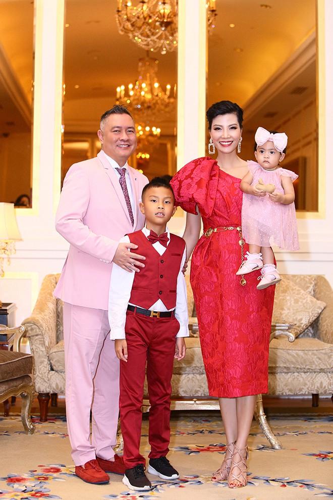 Lần hiếm hoi siêu mẫu Vũ Cẩm Nhung khoe ông xã doanh nhân - Ảnh 4.