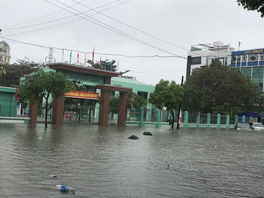 24 giờ Đà Nẵng hỗn loạn trong mưa ngập - Ảnh 2.