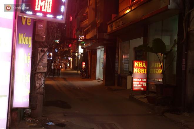Clip: Không thuộc danh sách 10 điểm nghi có hoạt động mại dâm nhưng đây là những gì xảy ra trên phố Trần Duy Hưng mỗi đêm - Ảnh 2.