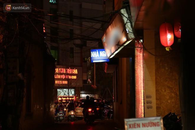 Clip: Không thuộc danh sách 10 điểm nghi có hoạt động mại dâm nhưng đây là những gì xảy ra trên phố Trần Duy Hưng mỗi đêm - Ảnh 3.