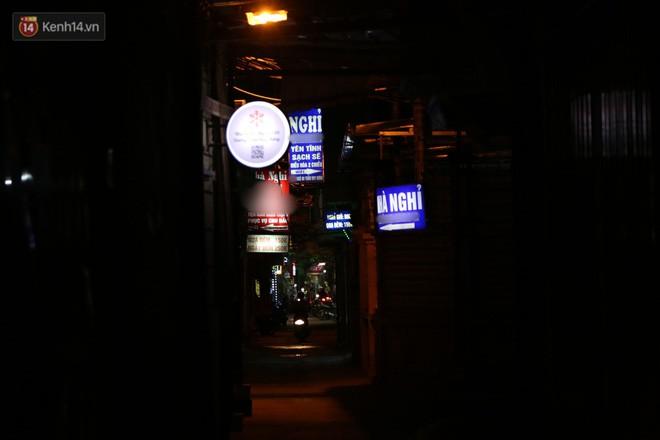 Clip: Không thuộc danh sách 10 điểm nghi có hoạt động mại dâm nhưng đây là những gì xảy ra trên phố Trần Duy Hưng mỗi đêm - Ảnh 4.