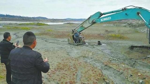 Rơi xuống sông ngập bùn lầy, hai cậu bé thoát nạn nhờ máy xúc - Ảnh 1.
