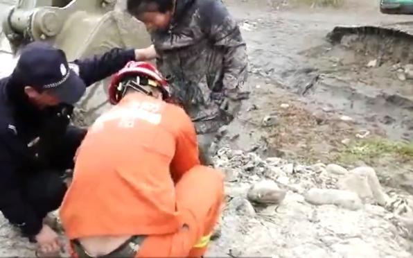 Rơi xuống sông ngập bùn lầy, hai cậu bé thoát nạn nhờ máy xúc - Ảnh 2.