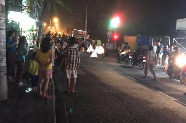 Sập cầu Long Kiển ở Sài Gòn, ô tô tải và nhiều xe máy đang đi rớt xuống sông - Ảnh 3.