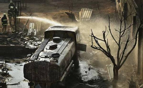 Clip: Rút trộm xăng rồi dùng đèn xì vá lỗ thủng trên xe bồn, nhóm trộm gây họa lớn - Ảnh 3.