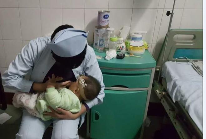 Cả nhà bị tai nạn giao thông, bé 1 tuổi xuất huyết não được 2 y tá thay nhau cho bú khiến ai trông thấy cũng ấm lòng - Ảnh 1.