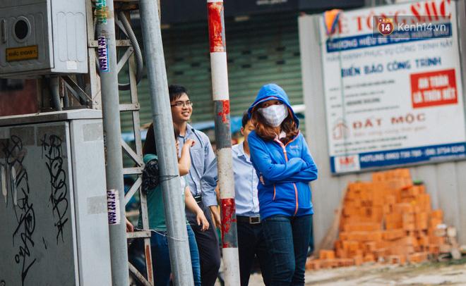 Chùm ảnh: Những cái ôm thật chặt sưởi ấm cho nhiều cặp đôi trong cái se lạnh của Sài gòn ngày giáp Tết 10