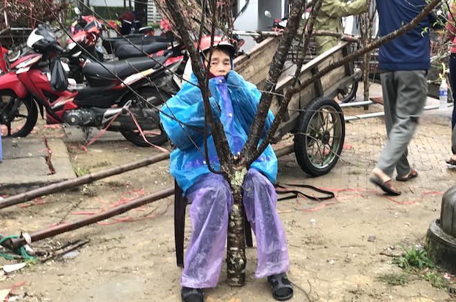 Dòng người đứng đường dầm mưa bán đào ngày cận Tết - Ảnh 8.
