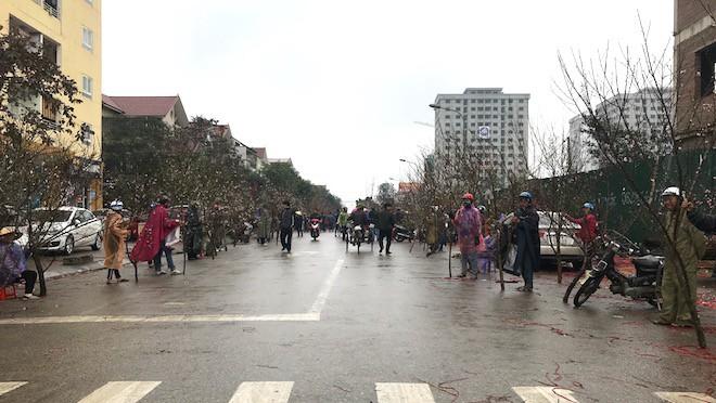 Dòng người đứng đường dầm mưa bán đào ngày cận Tết - Ảnh 2.