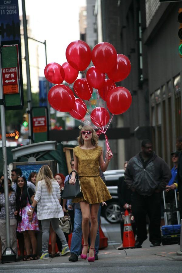 Xuất hiện trên đường phố, chàng trai khiến nhiều người giật mình vì tưởng là Taylor Swift - ảnh 2