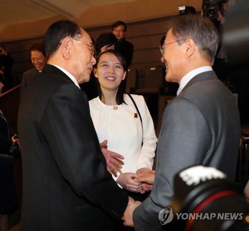 TT Moon trò chuyện vui vẻ với em gái ông Kim, đại diện Triều Tiên rơi lệ khi xem ca nhạc - Ảnh 2.