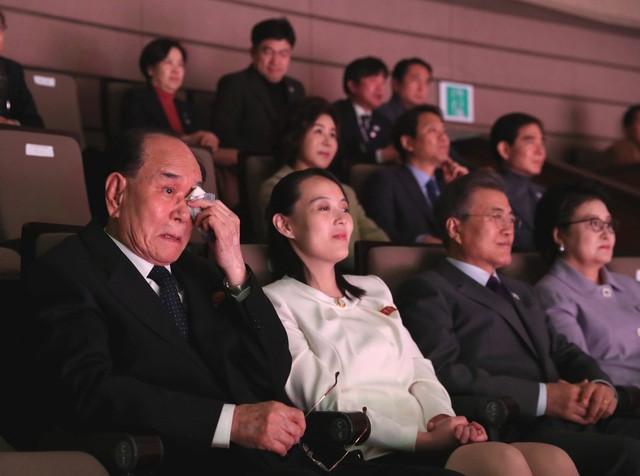 TT Moon trò chuyện vui vẻ với em gái ông Kim, đại diện Triều Tiên rơi lệ khi xem ca nhạc - Ảnh 9.