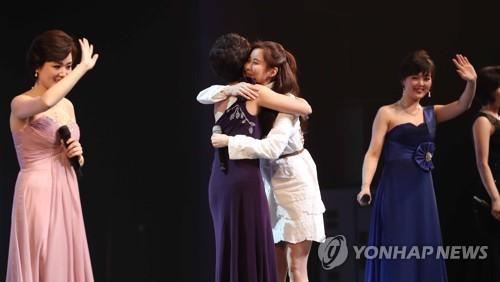 TT Moon trò chuyện vui vẻ với em gái ông Kim, đại diện Triều Tiên rơi lệ khi xem ca nhạc - Ảnh 16.
