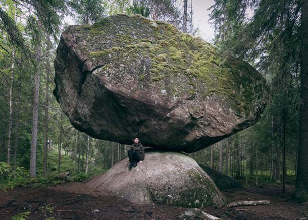 Tảng đá thách thức trọng lực Kummakivi và truyền kỳ bí ẩn ở Phần Lan - Ảnh 3.