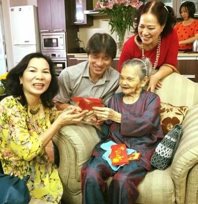 Xúc động hình ảnh người con cắt tóc cho mẹ già 95 tuổi ngày Tết - Ảnh 2.